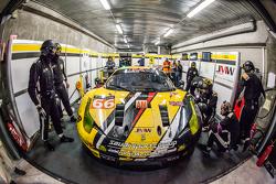 Boxenstopp für #66 JMW Motorspor,t Ferrari 458 GTE: Abdulaziz Al Faisal, Jakub Giermaziak, Michael Avenatti