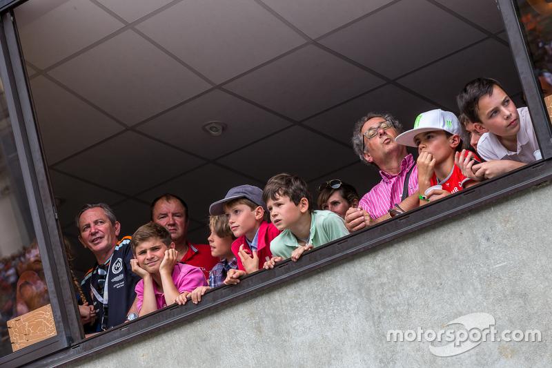 Junge Fans beobachten die Boxengasse