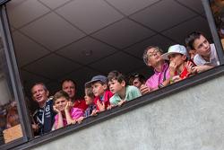 De jeunes fans regardent la pitlane