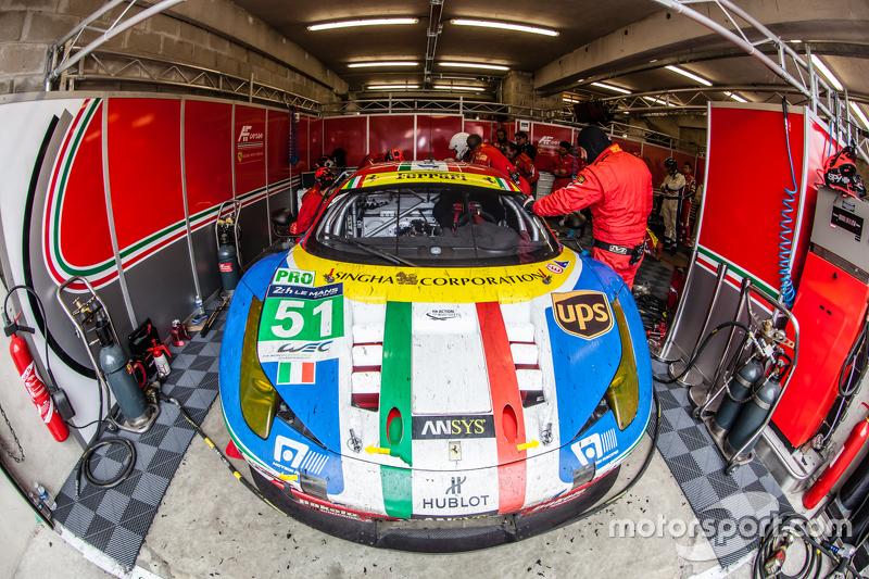 #51 AF Corse Ferrari 458 GTE: Джанмаріа Бруні, Тоні Віландер, Джанкарло Фізікелла на піт-лейні