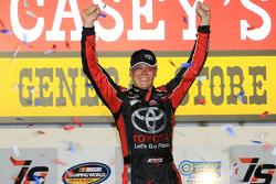 1. Erik Jones, Kyle Busch Motorsports, Toyota, feiert
