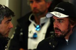 Peter Prodromou, McLaren Chief Engineer bersama Fernando Alonso, McLaren