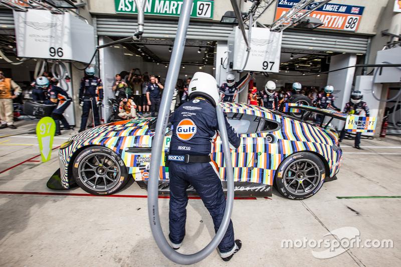 Boxenstopp für #97 Aston Martin Racing, Aston Martin Vantage GTE: Darren Turner, Stefan Mücke, Rob B