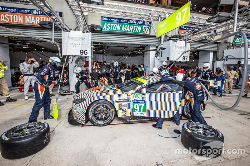 Pit stop for #97 Aston Martin Racing Aston Martin Vantage GTE: Darren Turner, Stefan Mücke, Rob Bell