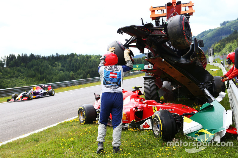 Marshals remove the start crash involving Фернандо Алонсо , McLaren MP4-30 та Кімі Райкконен, Ferrar