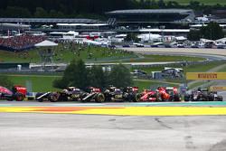 Ромен Грожан, Lotus F1 E23 и Пастор Мальдонадо, Lotus F1 E23 на старте гонки