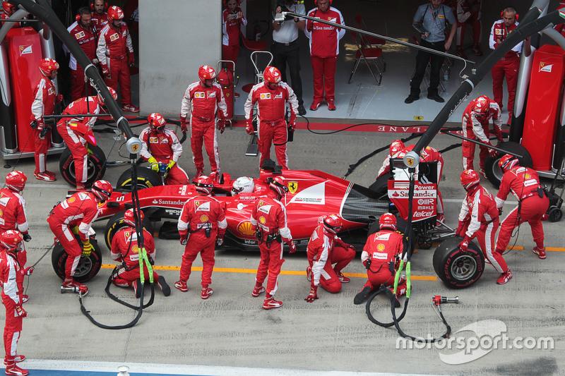 Sebastian Vettel, Ferrari SF15-T, mit langem Boxenstopp, weil hinten ein Rad klemmt