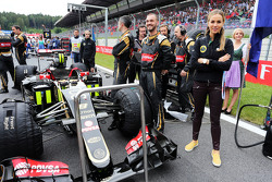 Carmen Jorda, Entwicklungsfahrerin Lotus F1 Team, in der Startaufstellung