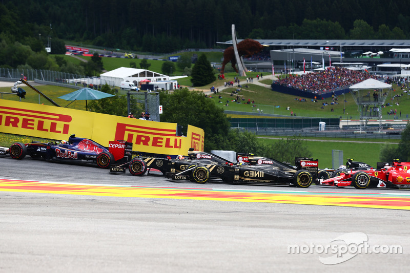 Romain Grosjean, Lotus F1 E23 and Pastor Maldonado, Lotus F1 E23 at the start of the race