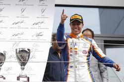 الفائز في السباق أوسكار تونجو، تريدنت يحتفل بالفوز في بارك فيرم