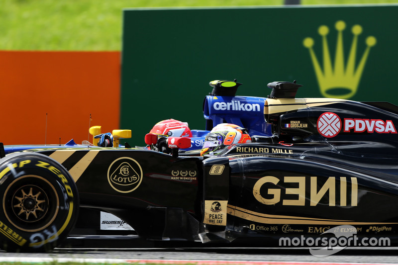 Romain Grosjean, Lotus F1 E23 and Felipe Nasr, Sauber C34 battle for position
