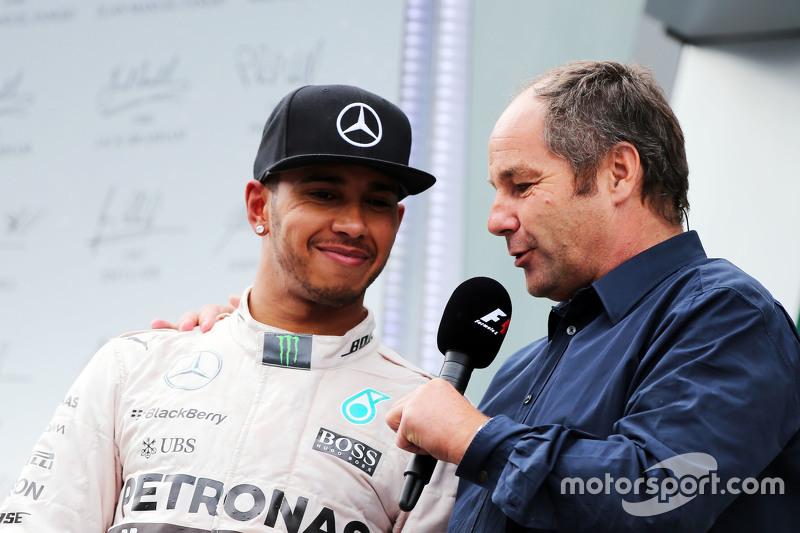 Lewis Hamilton, Mercedes AMG F1, auf dem Podium mit Gerhard Berger