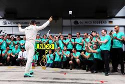 Juara balapan Nico Rosberg, Mercedes AMG F1 merayakan bersama the team