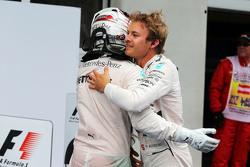Juara balapan Nico Rosberg, Mercedes AMG F1 merayakan bersama team mate Lewis Hamilton, Mercedes AMG