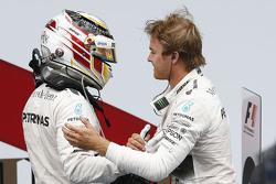 Juara balapan, Nico Rosberg, Mercedes AMG F1 Team, dan peringkat kedua Lewis Hamilton, Mercedes AMG