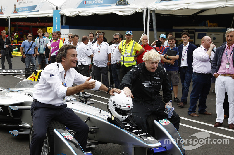 Boris Johnson, Bürgermeister von London, testet ein Formel-E-Auto auf dem Battersea Park Circuit in