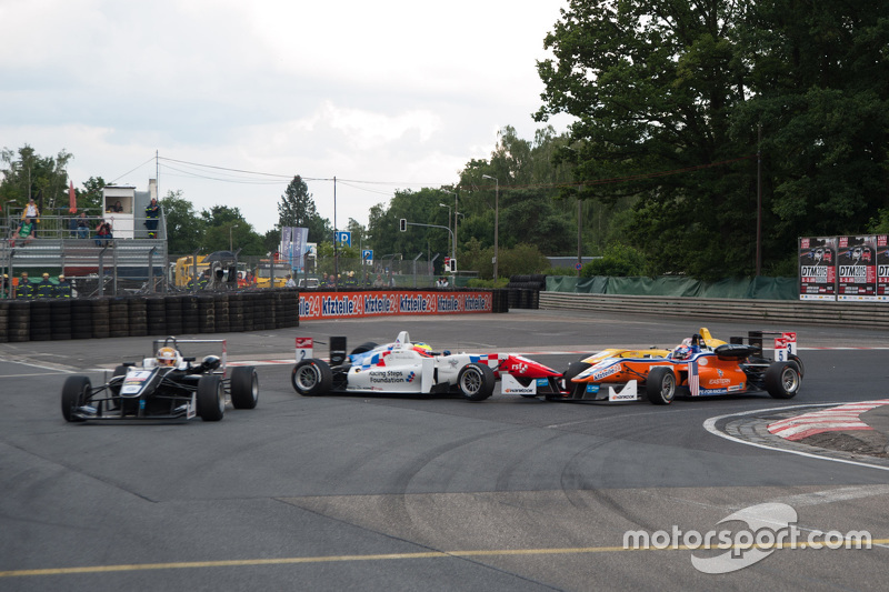Jake Dennis, Prema Powerteam Dallara Mercedes-Benz; Santino Ferrucci, Mücke Motorsport Dallara Merce