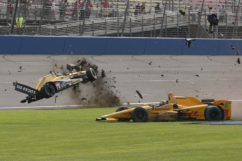 Ryan Briscoe, Schmidt Peterson Motorsports Honda and Ryan Hunter-Reay, Andretti Autosport Honda in huge crash