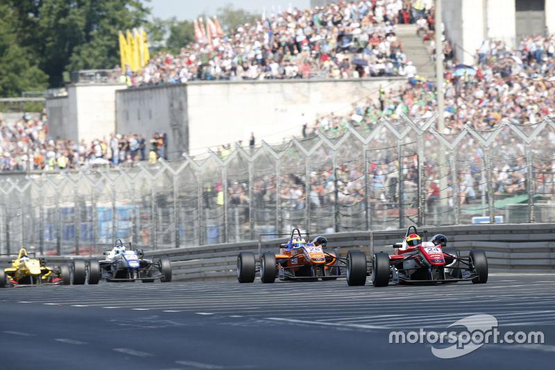 24 Brandon Maisano, Prema Powerteam Dallara Mercedes-Benz, 28 Maximilian Gunther, Mücke Motorsport D