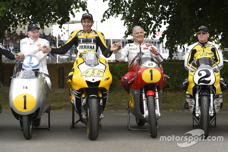 John Surtees und Valentino Rossi, Yamaha Factory Racing, mit Giacomo Agostini und Kenny Roberts