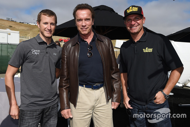 Kasey Kahne, Hendrick Motorsports Chevrolet, Clint Bowyer, Michael Waltrip Racing Toyota with Arnold