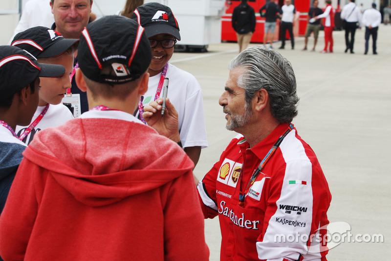 Maurizio Arrivabene, Ferrari-Teamchef, schreibt Autogramme für die Kinder von Formel 1 in der Schule
