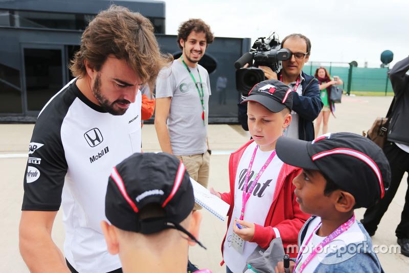 Fernando Alonso, McLaren signs autographs for F1 in Schools Children