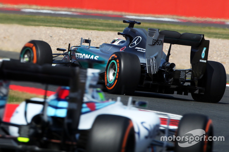 Lewis Hamilton, Mercedes AMG F1 W06, vor Felipe Massa, Williams FW37