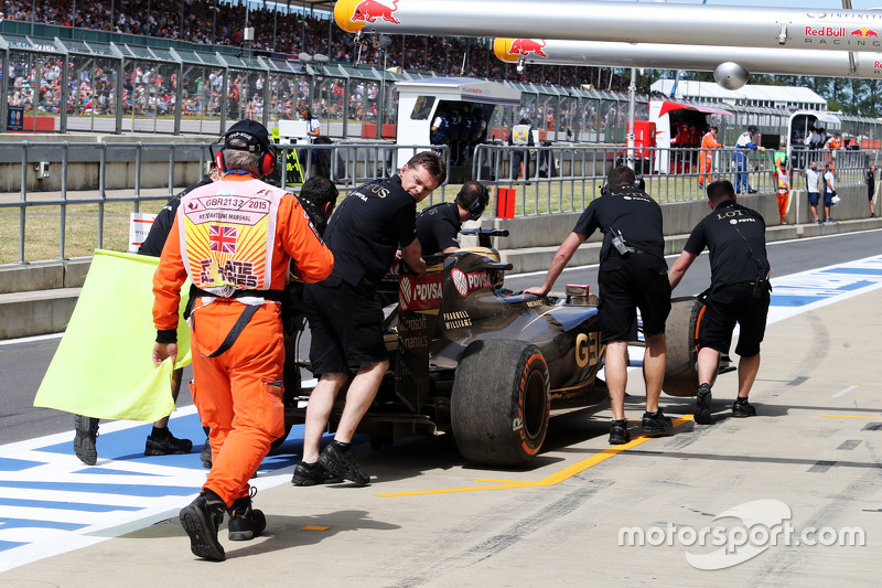 Lotus F1 E23 of Romain Grosjean, Lotus F1 Team is recovered back to pits by mechanics