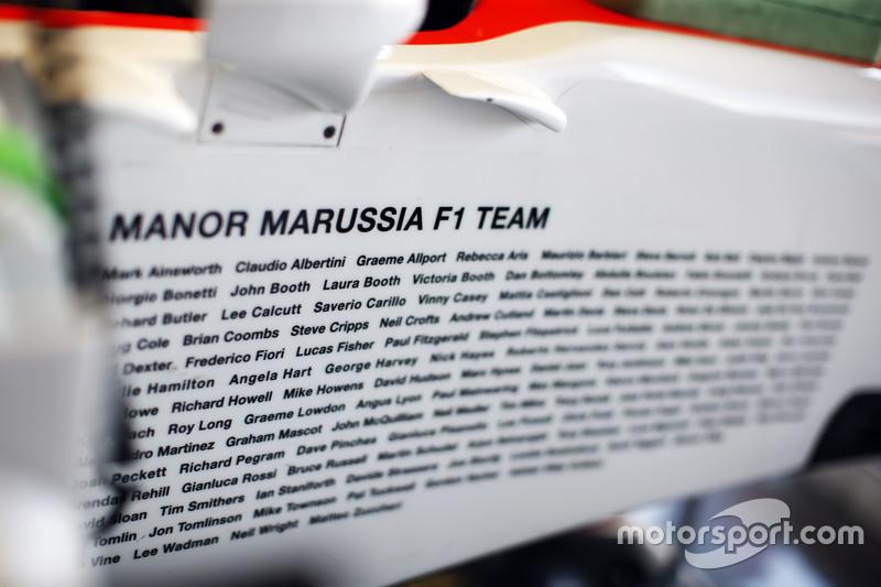 Personil tim yang terlibat dalam operasional Manor F1 Team terpampang di bagian samping mobil