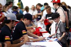 Max Verstappen, Scuderia Toro Rosso signeert handtekeningen voor de fans