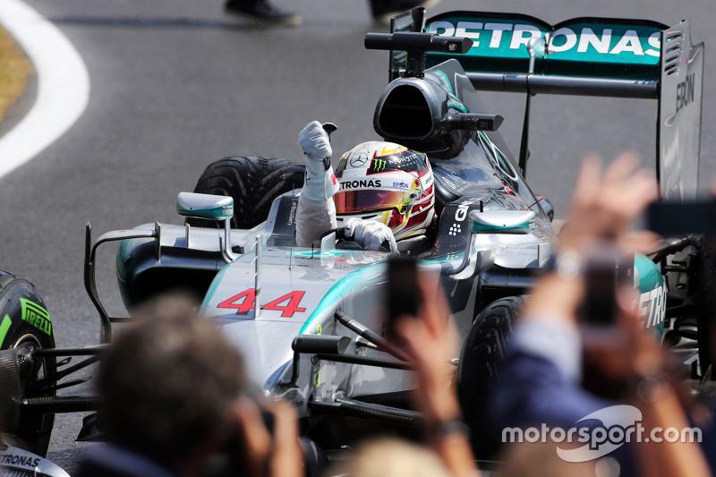 Juara balapan Lewis Hamilton, Mercedes AMG F1 W06 merayakans di parc ferme