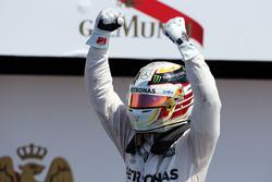 Победитель гонки Льюис Хэмилтон, Mercedes AMG F1 W06 празднует в закрытом парке