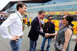 Chalerm Yoovidhya, Red Bull Racing, Miteigner, mit seiner Frau in der Startaufstellung