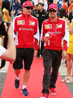 (Von links nach rechts): Kimi Räikkönen, Ferrari, mit Teamkollege Sebastian Vettel bei der Fahrerparade