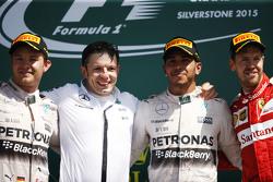 Podium : Nico Rosberg, Mercedes AMG F1, deuxième ; Peter Bonnington, ingénieur de course Mercedes AMG F1 ; Lewis Hamilton, Mercedes AMG F1, vainqueur ; Sebastian Vettel, Ferrari, troisième