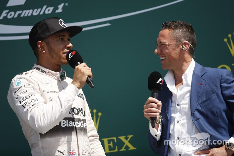 podium,: Juara balapan Lewis Hamilton, Mercedes AMG F1 bersama Frankie Dettori,