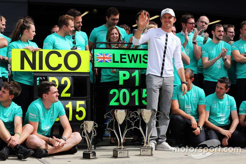 Nico Rosberg, Mercedes AMG F1, feiert seinen zweiten Platz mit dem Team