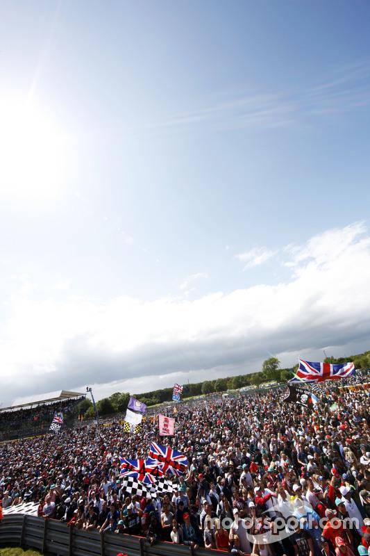 Fans stürmen nach Rennende unter das Podium