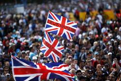 Aficionados invaden el circuito para ver el podium