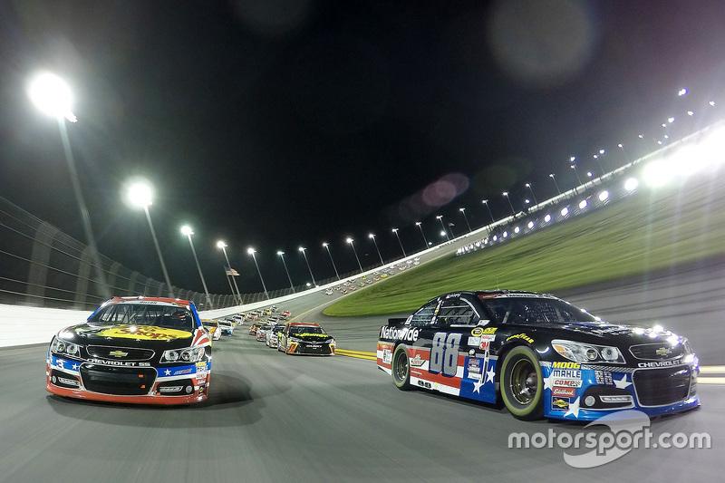 Dale Earnhardt Jr., Hendrick Motorsports Chevrolet dan Austin Dillon, Richard Childress Racing Chevr