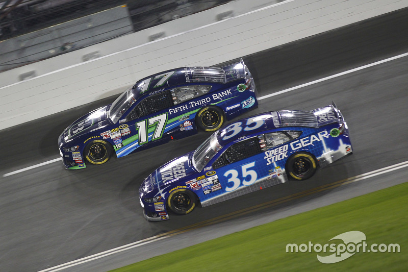 Ricky Stenhouse jr., Roush Fenway Racing, Ford, und Cole Whitt, Front Row Motorsports, Ford