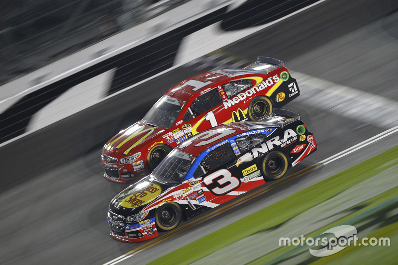 Jamie McMurray, Chip Ganassi Racing Chevrolet and Austin Dillon, Richard Childress Racing Chevrolet