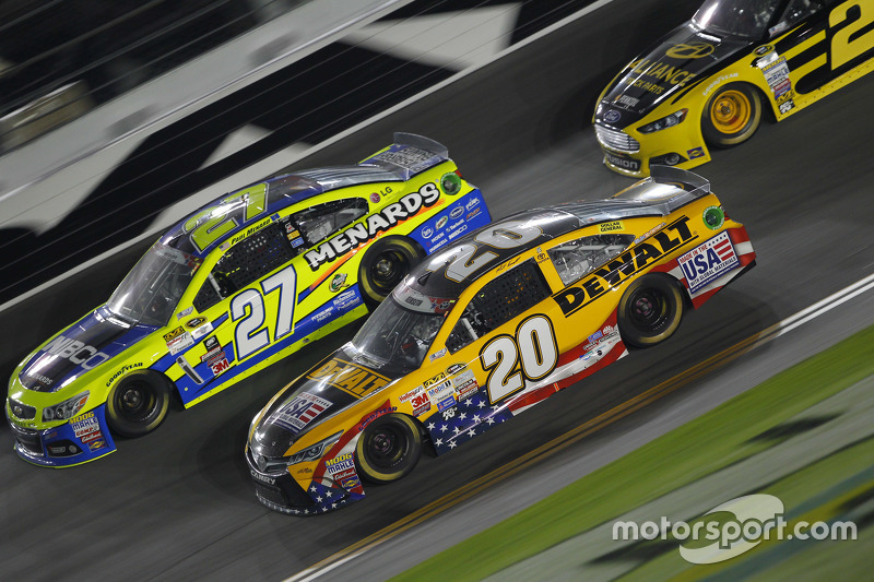 Paul Menard, Richard Childress Racing Chevrolet, dan Matt Kenseth, Joe Gibbs Racing Toyota