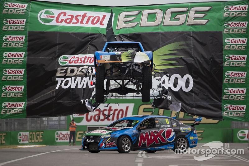 Sebuah mobil truk stadium melompati mobil Ford milik Chaz Mostart