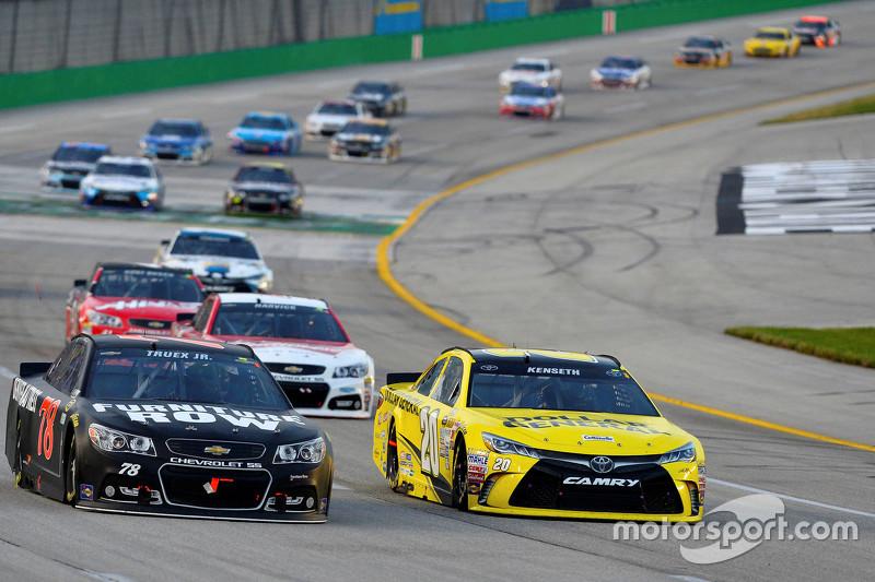 Martin Truex Jr., Furniture Row Racing Chevrolet, dan Matt Kenseth, Joe Gibbs Racing Toyota