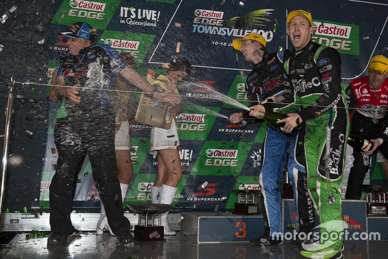 Podium: Race winner Mark Winterbottom, Prodrive Racing Australia Ford and second place David Reynold