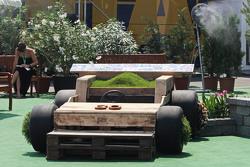 Sebuah mobil balap bertema bunga ditampilkan dalam paddock