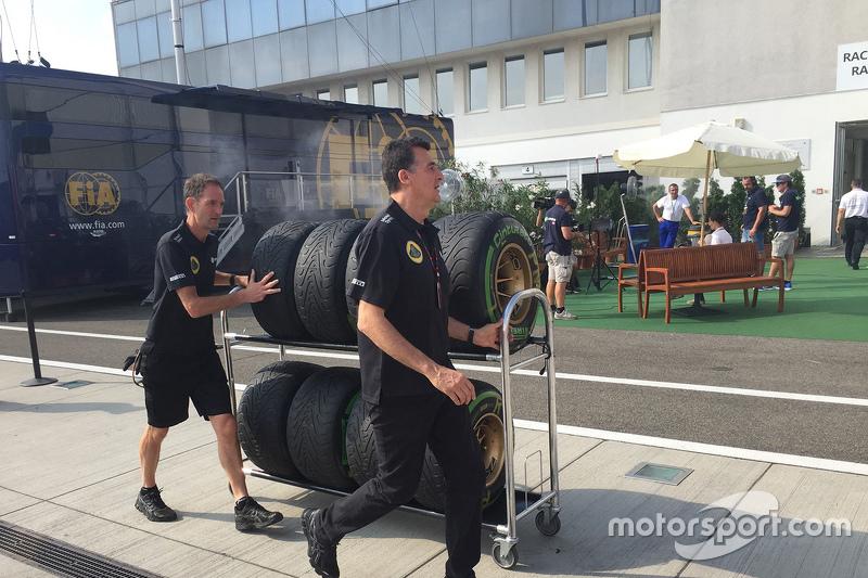 Lotus tyres arriving di paddock
