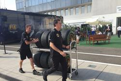 Lotus banden komen aan in de paddock